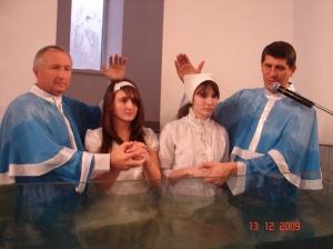 Daniela şi Inga în apa botezului