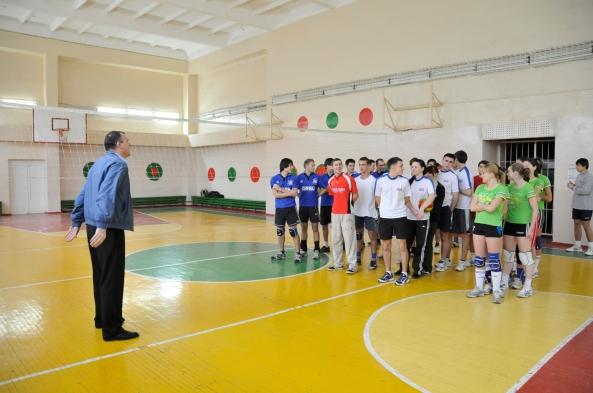 Organizatorul, Vitalie Belibov cu patru din echipele participante