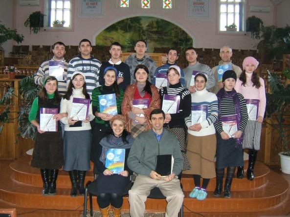 """Studenţii Institutului """"Precept Ministries"""" cu învăţătorii NIcolai şi Svetlana Sîli, la Colibaşi"""